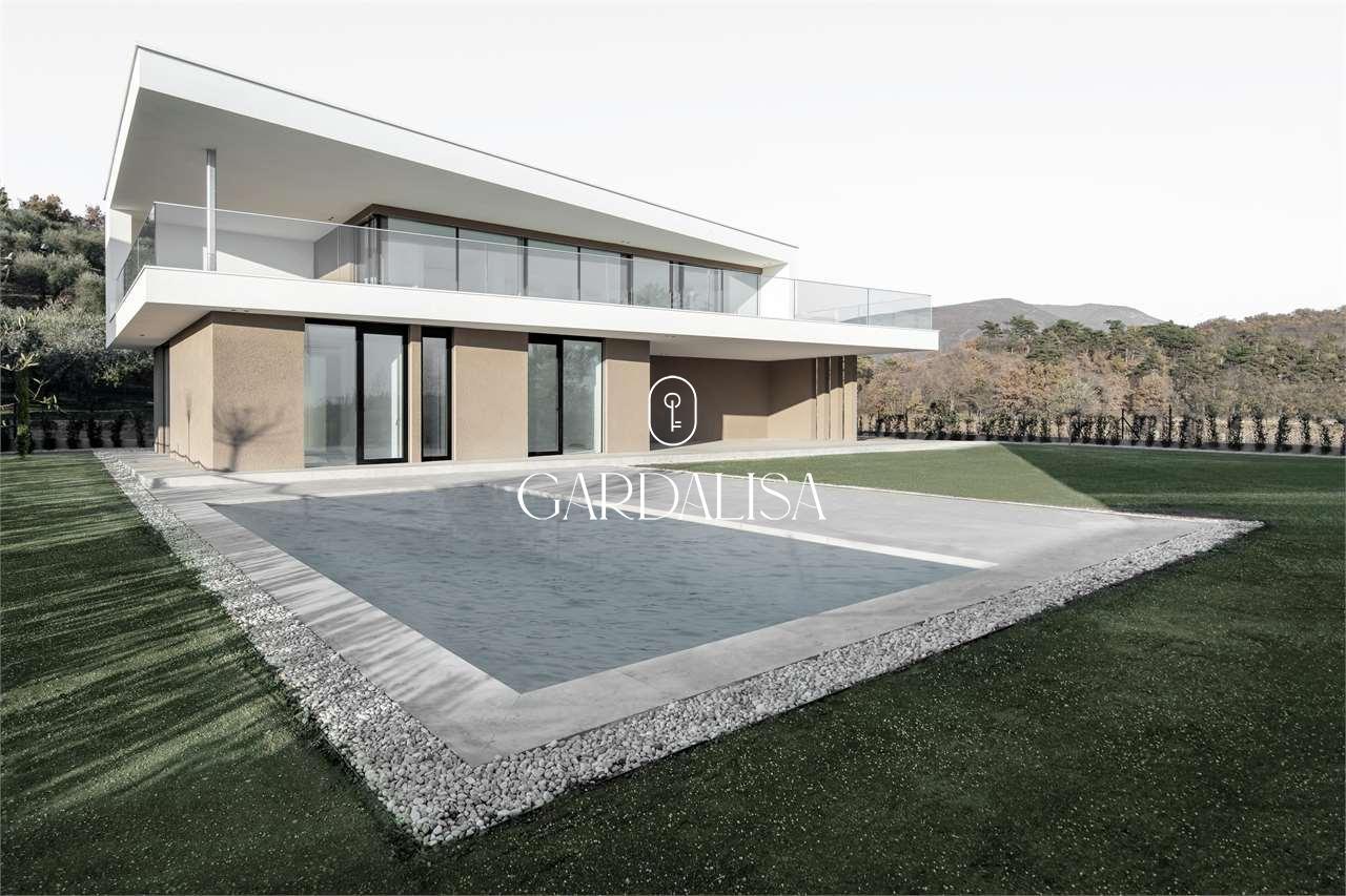Moderna villa con vista lago