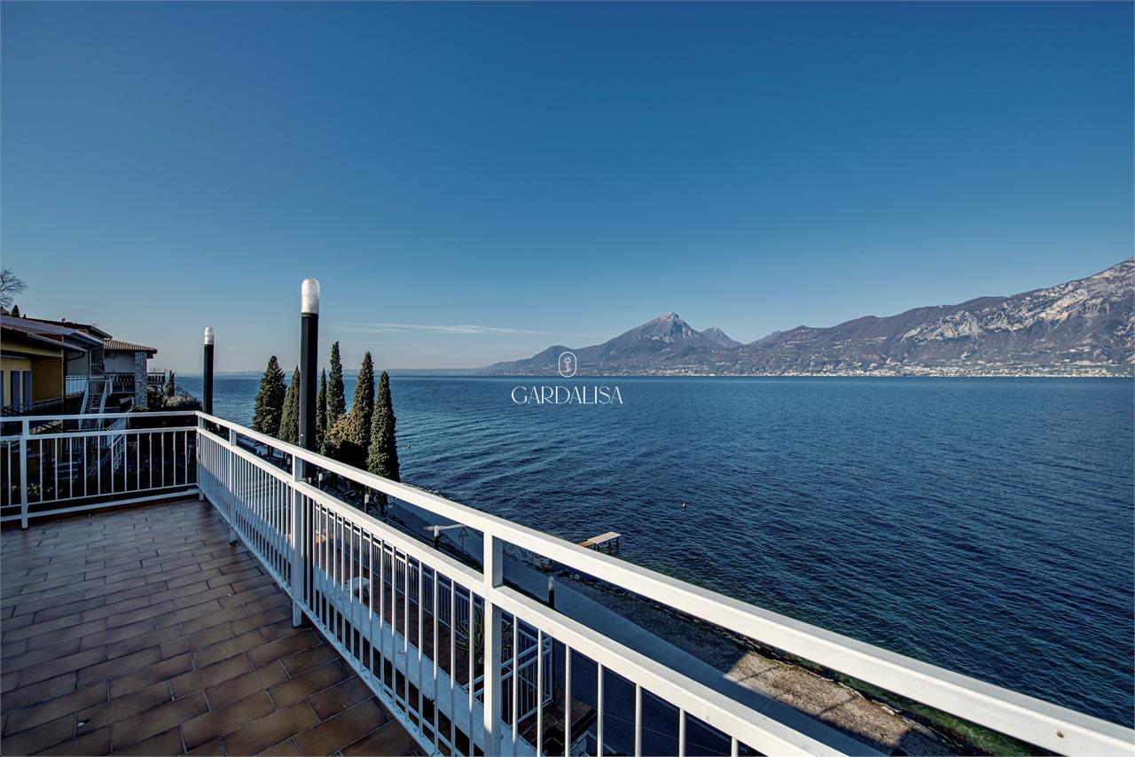 Villa fronte lago con spettacolari terrazze